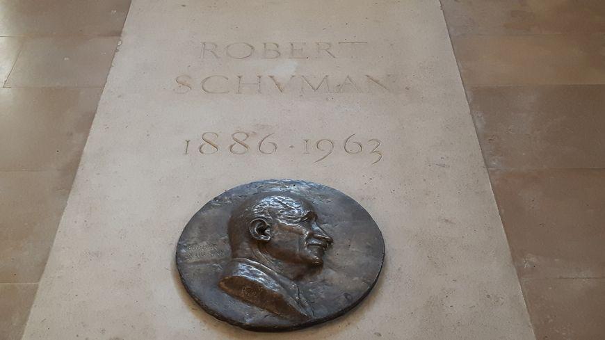 La tombe de Robert Schuman, dans la chapelle Saint-Quentin à Scy-Chazelles