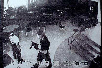 Capture d'une bande de surveillance publiée par le Département du Jefferson County Sheriff à la cafétéria du lycée de Columbine le 20 Avril 1999 à Littleton, où apparaissent Eric Harris et Dylan Klebol.