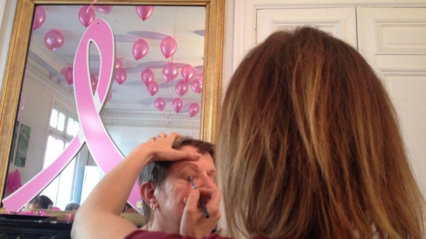 Maud, qui vient de finir un traitement contre un cancer du sein, se fait maquiller par Céline Olivier, esthéticienne bénévole.