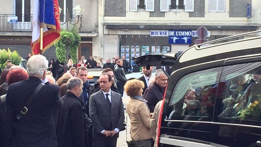 François Hollande a tenu à saluer les proches de Gérard Bonnet à la sortie de l'église.