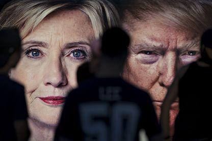 Un groupe d'étudiants de l'Université Hofstra des images de Hillary Clinton candidat démocrate, et Donald Trump candidat républicain,  le 25/9/2016
