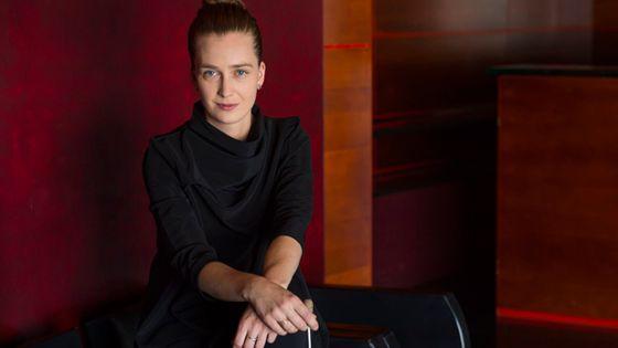 Elena Schwarz, chef d'orchestre suisso-australienne. (© Priska Ketterer)