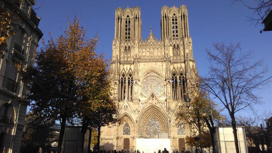 Après 3 ans de travaux, la façade de la cathédrale de Reims est enfin visible.