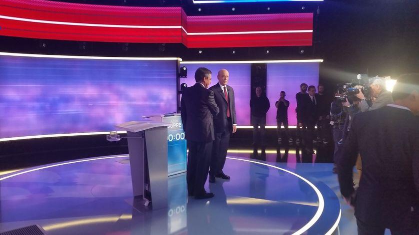 Poignée de main devant les caméras et les photographes entre François Fillon et Alain Juppé