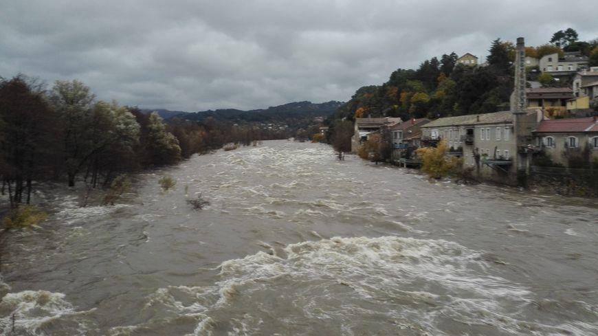 L'Ardèche en crue à Pont d'Aubenas ce mardi 22 novembre.