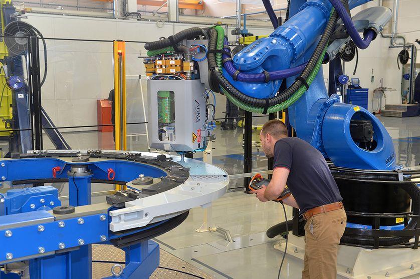 Une cellule robotisée effectue le perçage et le rivetage d'une nacelle de moteur d'avion