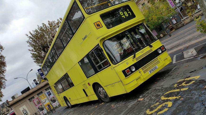 Le bus de 1984 est garé place Winston Chruchill