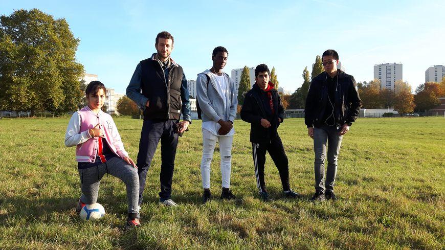 Olivier Babinet, le réalisateur, entouré par trois adolescents de son film : Naïla (à gauche), Abou et Nazario