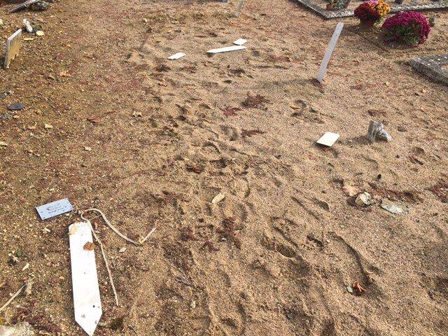 Des plaques en plastique qui se trouvaient sur les tombes et indiquaient l'identité des disparus ont été éparpillées, ou cassées.