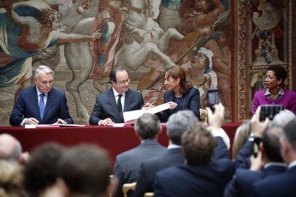 Signature de l'accord sur le climat à l'Elysée avec Jean-Marc Ayrault, ministre des Affaires étrangères, Francois Hollande, Président de la République, Ségolene Royal, ministre de l'Environnement, George Pau Langevin, ministre des Outre Mer