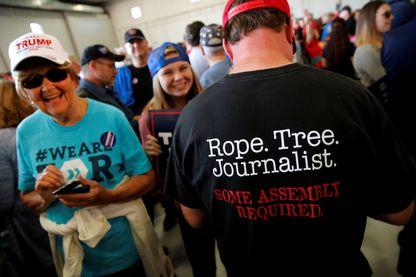 """Pendant la campagne électorale américaine. Sur le polo de cet supporter de Donald Trump on peut lire """"Corde. Arbre. Journaliste. Un assemblage est nécessaire"""""""