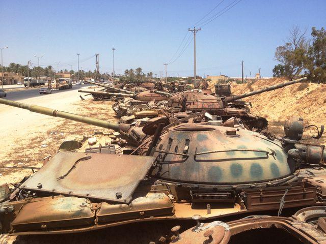 Carcasses de chars à l'entrée de Misrata