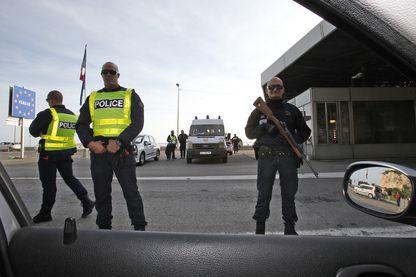 Contrôle de la frontière et de la police douanière françaises à la frontière France-Italie le 14 novembre 2015 à Ventimiglia en Italie.