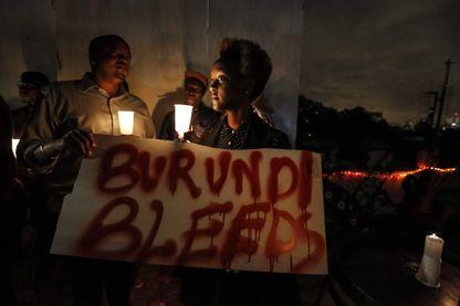 """Sur la pancarte, on peut lire """"le Burundi saigne"""". Veillée aux chandelle tenue à Nairobi (Kenya) pour la paix au Burundi."""