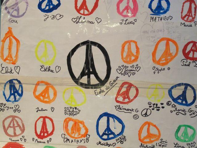 Des milliers de dessins ont été déposés près des lieux des attaques, spontanément, par les passants