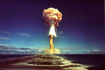 Un nuage de champignon après l'explosion d'une bombe atomique française au-dessus de l'atoll de Mururoa, également connu sous le nom Aopuni.