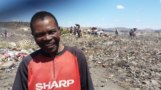 Alfred et son crochet bricolé pour creuser la montagne de déchets