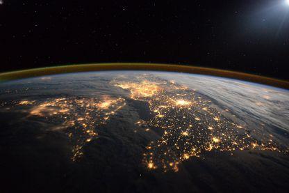 La terre vue du ciel... En l'occurrence, ici, le Royaume Uni à gauche et la France à droite.