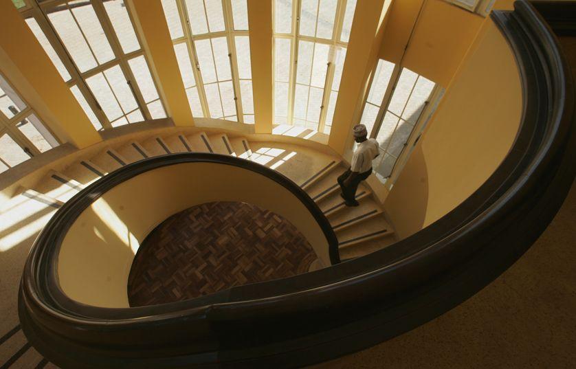 Un homme monte l'escalier à l'intérieur du musée national du Kenya de Nairobi