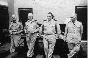 Le général Jouhaud (à gauche) aux côtés des généraux putschistes Raoul Salan, Maurice Challe, et André Zeller, à Alger, le 25 avril 1961, 72 heures après le début du putsch