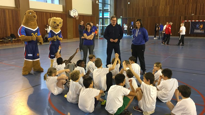 Séance d'initiation au handball pour des petits Parisiens