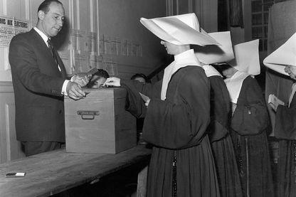 Religieuses votant à Paris (France) en 1951