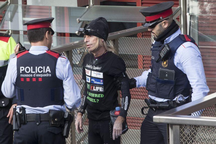Alain Robert interpellé par les policiers catalans
