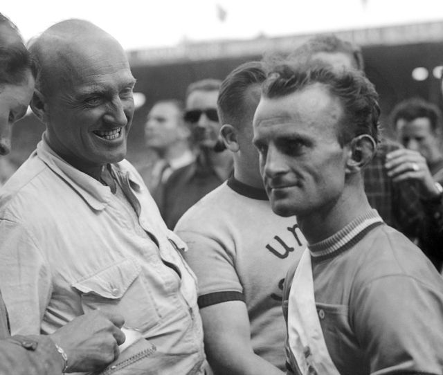 Le coureur cycliste français Jean Robic est interviewé à son arrivée, le 20 juillet 1947, lors de la 21e étape du Tour de France Caen-Paris, vainqueur du 34ème Tour de France.
