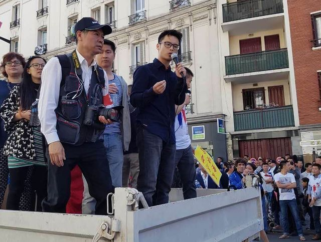 """Wang Rui (au micro) lors d'une manifestation """"la sécurité pour tous"""""""
