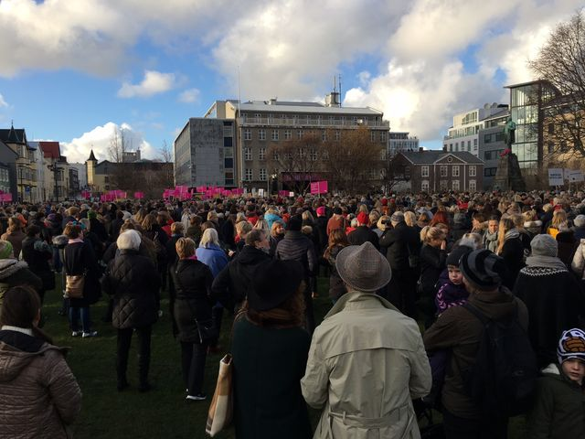 Manifestation des femmes devant le Parlement contre les inégalités salariales