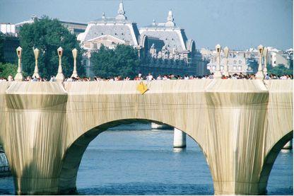 Christo recouvre le Pont Neuf