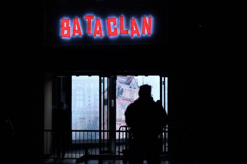 Un policier se tient devant le Bataclan, le 12 novembre 2016.