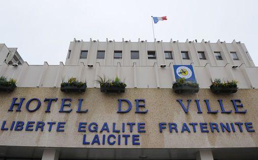 """Légende : Philippe Le Breton, maire PS de Joué-lès-Tours avait fait apposer en février 2010 la mention """"Laïcité"""" sur le fronton de sa mairie."""