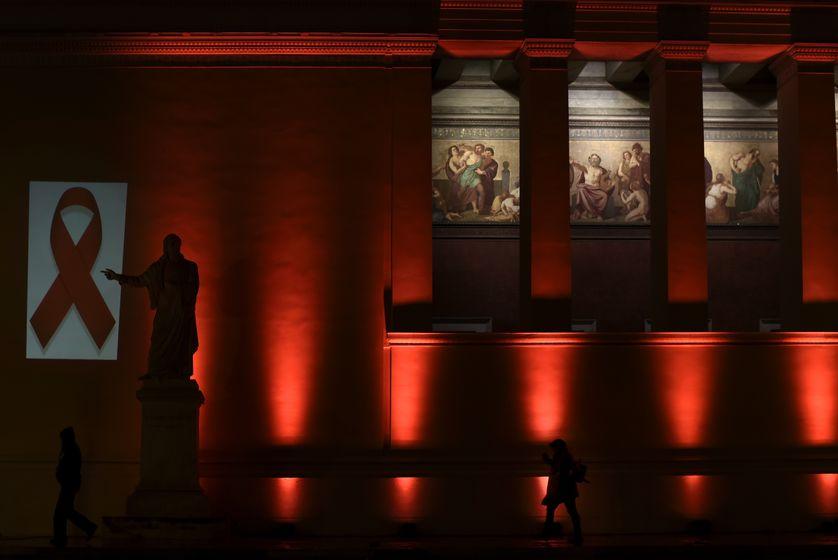 L'Université d'Athènes illuminée par le Centre hellénique pour le contrôle des épidémies et la prévention, la veille de la Journée mondiale de lutte contre le Sida, le 30 novembre 2016