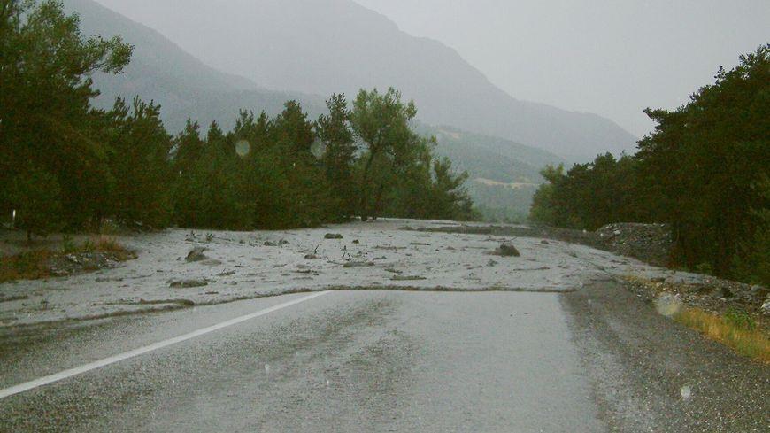 La D1006 rendue impraticable par des coulées de boue en haute-maurienne