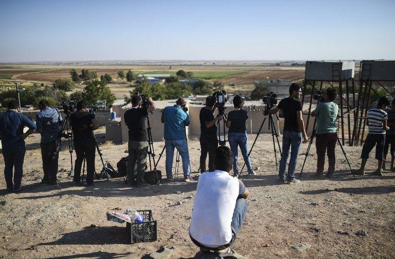 Journalistes turcs couvrant les affrontements entre l'armée turc et l'Etat islamique dans le sud de la région de Kilis, 4 septembre 2016