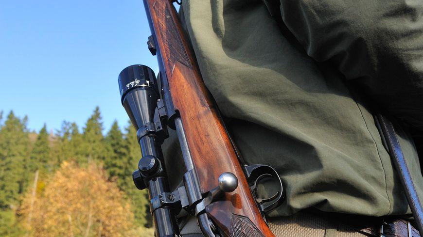 Chasseur avec son fusil de chasse