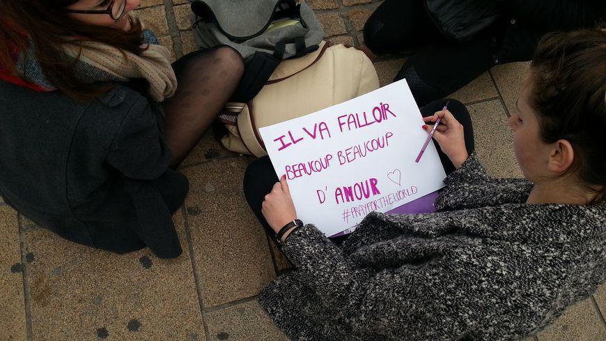 Des centaines de messages avaient été déposés par les manceaux et les mancelles place de la République au Mans