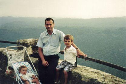 Photo diffusée par Elisabeth Borrel du juge Bernard Borrel avec ses enfants.
