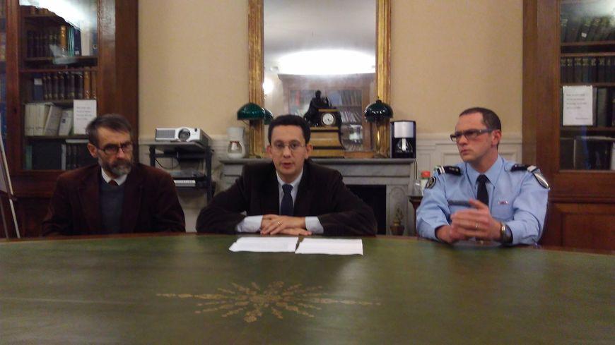 Au centre, le procureur Matthieu Bourrette