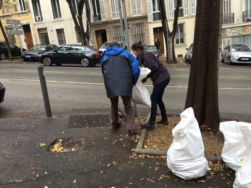 Des sacs de gravats en route pour la déchetterie, et transportés par les bénévoles de la Maison de la Philosophie (Marseille)