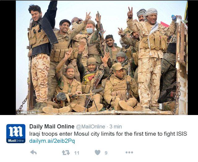 les forces populaires irakiennes photographiées par Reuters et montrées par Daily Mail Online au moment d'un assaut en banlieue de Mossoul