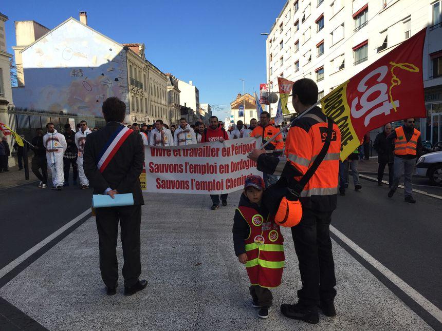 Le maire accueille les manifestants devant la mairie