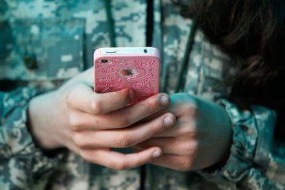 Un adolescent avec son smartphone. 13 avril 2014.