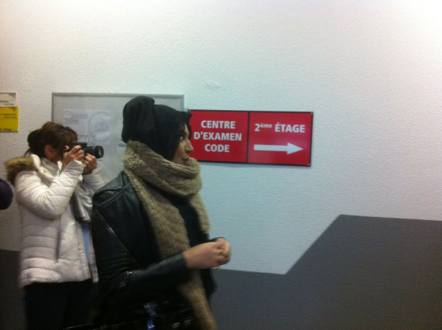 Une candidate au code de la route dans les locaux de la Poste à Croix Neyrat