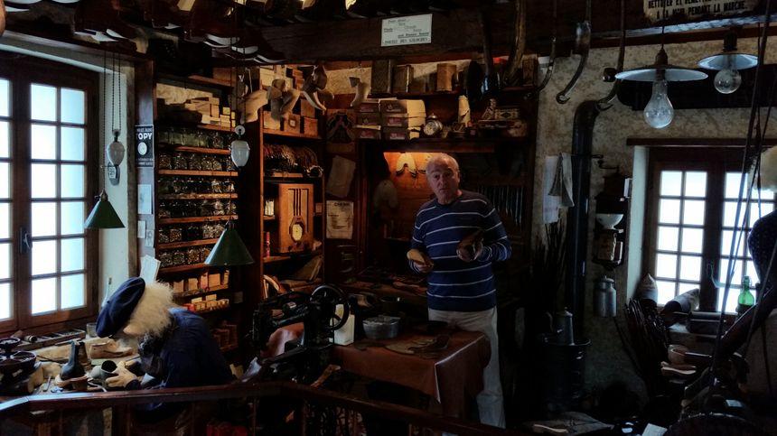 Louis Fournier dans l'atelier du galochier, à Virieu sur Bourbre