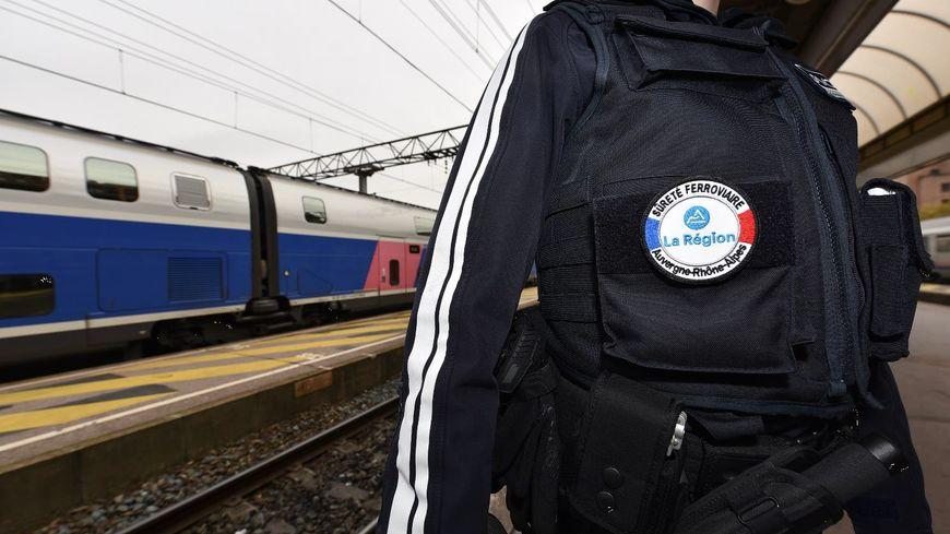 Ces postes supplémentaires d'agents de sûreté ferroviaire sont principalement payés par la Région, son logo apparaîtra donc désormais sur le blason. - Conseil Régional Auvergne-Rhône-Alpes