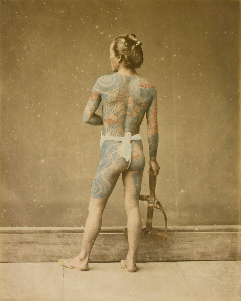 Portrait d'un man arborant un tatouage japonais Irezumi, entre 1868 et 1880