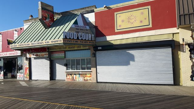 De nombreux magasins près du boardwalk, la promenade en bord de mer, ont fermé