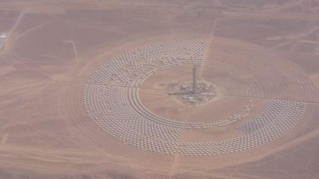Noor3, une tour solaire de 247 mètres en cours de construction de hauteur avec miroirs disposés en pétales autour de la tour